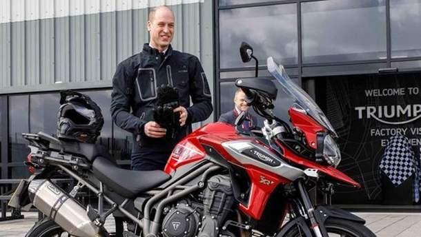Принц Уильям проехал по улицам Лондона на мотоцикле