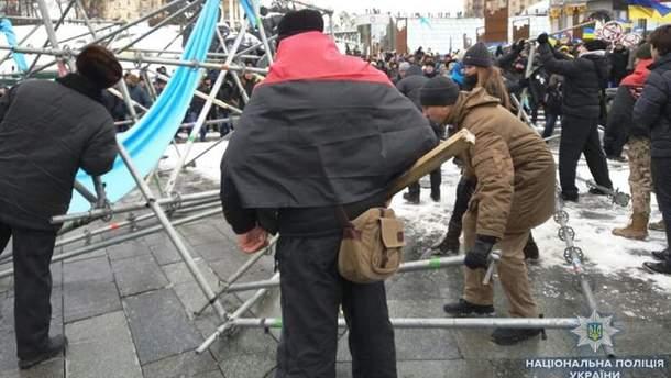 Активисты разбирают конструкции на Майдане в Киеве