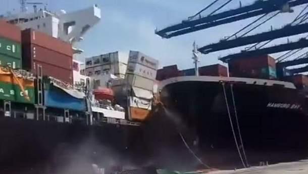 Два огромных корабля столкнулись в Пакистане и рассыпали контейнеры