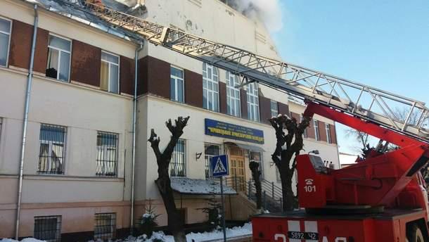В Черновцах загорелся транспортный колледж, центр города обесточен