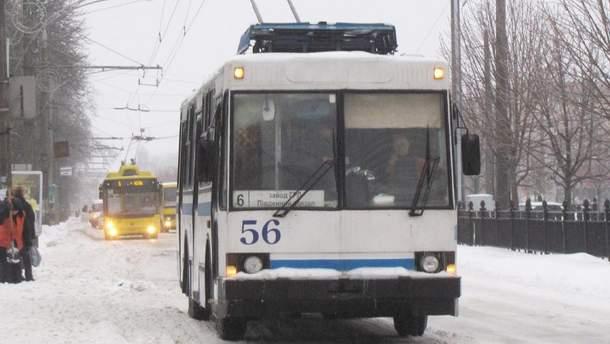 Мужчина едва не погиб, когда выходил из троллейбуса