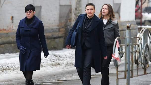 Надежда Савченко вместе с сестрой Верой и пресс-секретарем Татьяной Проторченко