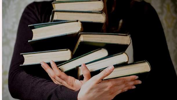 В Україну заборонили ввозити книги Азарова