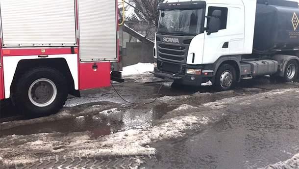 У Дніпрі дві вантажівки застрягли у ямі посеред дороги