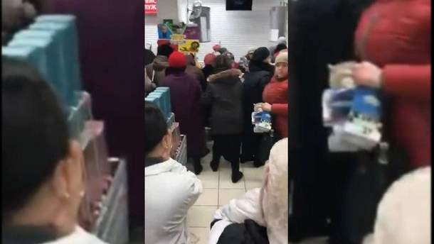 В российском супермаркете люди устроили драку из-за акции на чашки