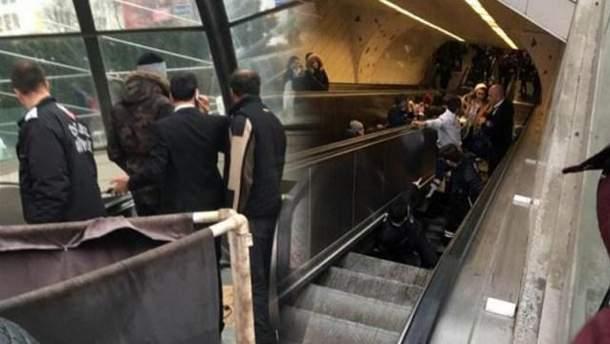 Чоловік провалився усередину ескалатору