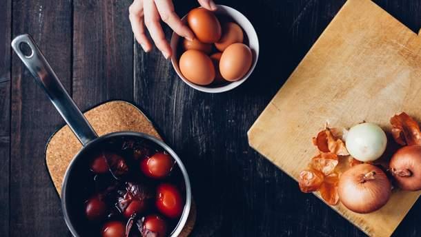 Как покрасить яйца луковой шелухой на Пасху: инструкция с фото