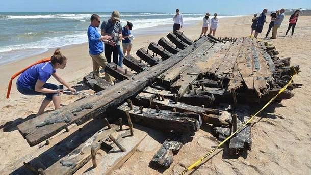 Обломки старинного судна выбросило на берег