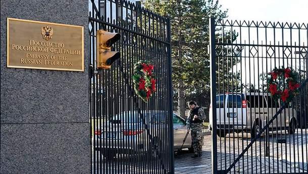 Российские дипломаты покидают посольство в Вашингтоне