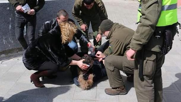 В Одессе на мужчину упал камень