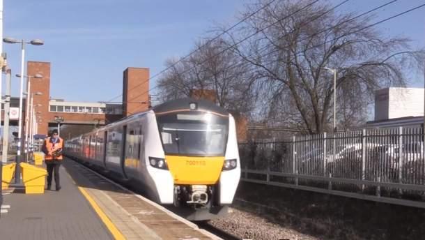 Прибытие нового поезда на станцию в Британии