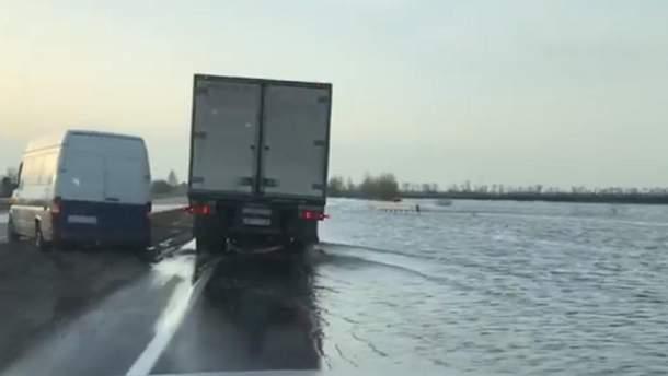 Трасса из Киева в Харьков превратилась в реку
