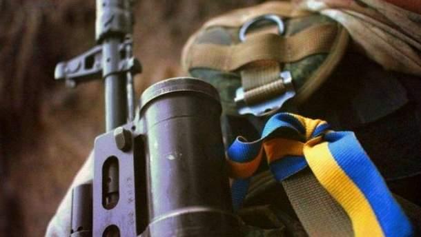 За інформацією миколаївських ЗМІ, солдат поцілив собі в голову з автомата АК-74 (ілюстрація)