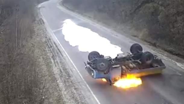 На Тернопольщине перевернулся и загорелся молоковоз