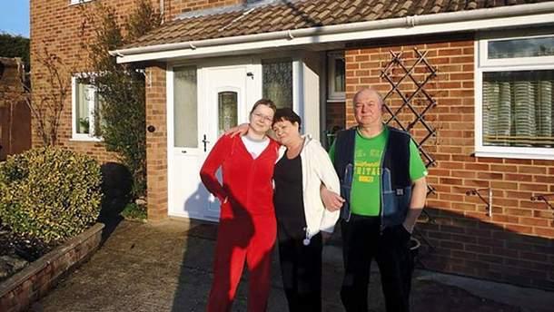 Юлия Скрипаль вместе с матерью Людмилой и отцом Сергеем возле их дома в Солсбери