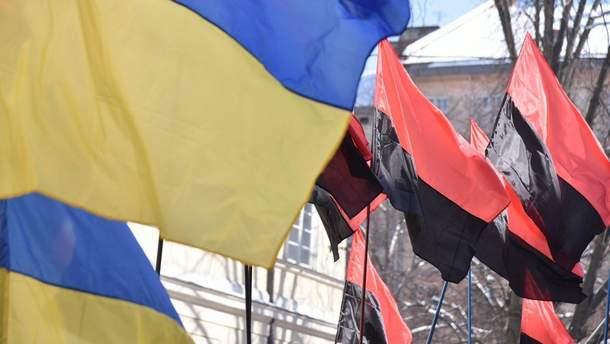 В Киеве неизвестные подожгли польский флаг под посольством Польши