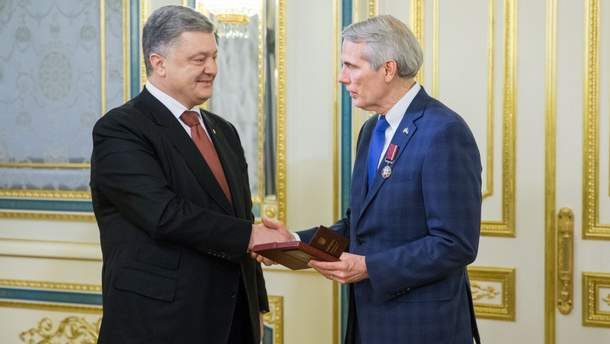 Порошенко нагородив орденом Сенатора США Роберта Портмана