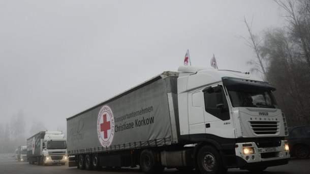 Червоний хрест відправив 9 вантажівок гуманітарної допомоги на Донбас