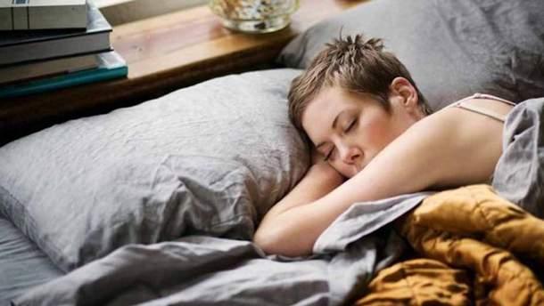 Эксперты советуют не спать на животе