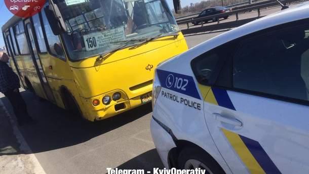 У Києві автобус, у якого відмовили гальма, врізався в поліцейське авто