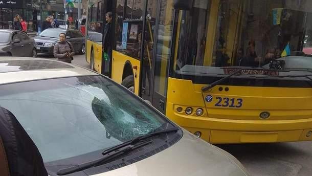 Пасажири тролейбуса розбили скло в машині автохама