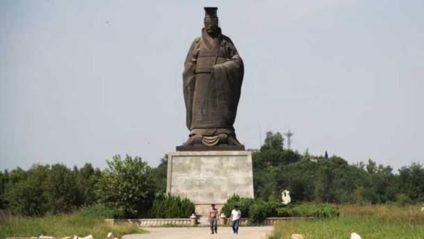 Ветер завалил шеститонную статую в Китае