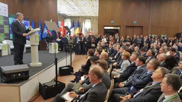 Петр Порошенко во время выступления на форуме по безопасности в Киеве