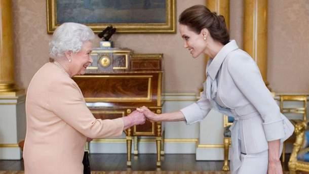 Королева Елизавета II и Анджелина Джоли (2014 год)