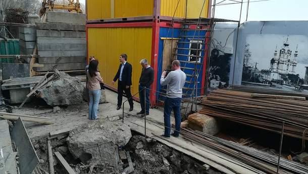 Строительство восьмиэтажного отеля на Андреевском спуске остановили