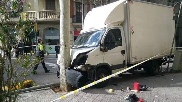 Грузовик въехал в группу пешеходов в Барселоне