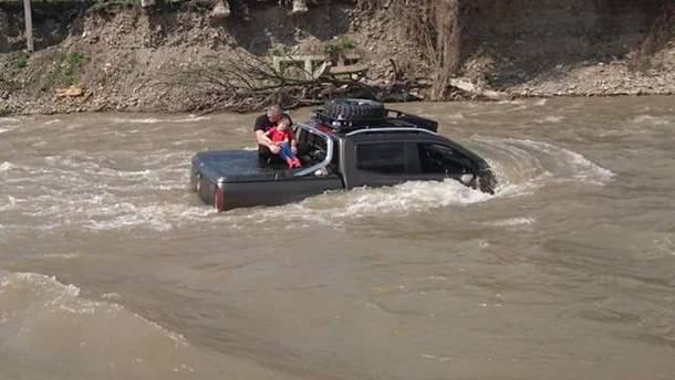 На Закарпатье мужчина утопил свой автомобиль