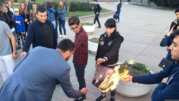 В Симферополе сожгли фото Трампа, Макрона и Мэй за ракетные удары
