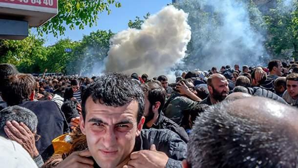 Протести проти призначати екс-президента країни Сержа Сарґсяна прем'єр-міністром у Єревані