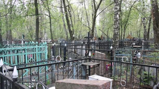 На кладовищах ОРДЛО почали красти не лише метал, але й гранітні надгробки (ілюстрація)