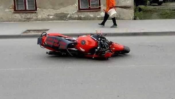 На Львівщині мотоцикліст в'їхав у натовп людей