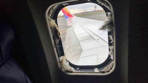 В результате взрыва двигателя был поврежден иллюминатор в самолете