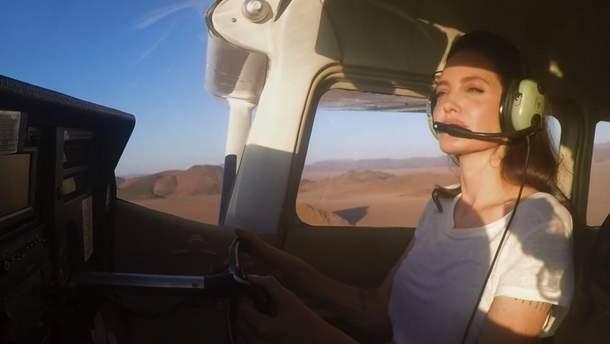 Анджеліна Джолі показала, яквміло керує літаком (відео)