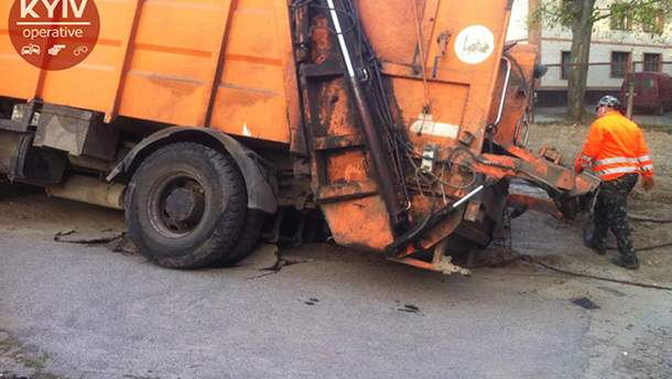 Сміттєвоз провалився під асфальт у Києві