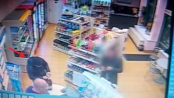 На видео преступник покупает спиртные напитки, в которые впоследствии подсыпет клозапин