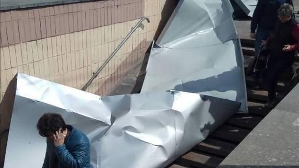 Лист металу впав на голову жінці у Києві