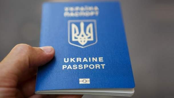 Працівників міграційної служби викрили на виготовленні підроблених паспортів