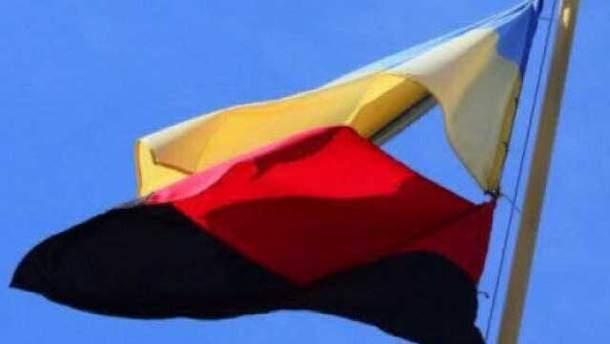 В Донецке вывесили сине-желтый и красно-черный флаги