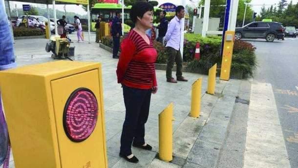 В КНР устройства ссистемой распознавания лиц обливают водой пешеходов-нарушителей