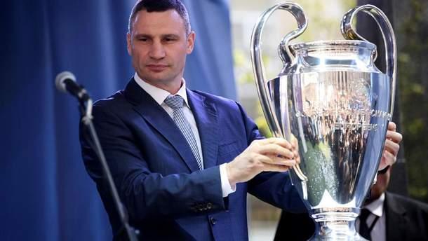 Кличко сконфузился при передаче кубков Лиги чемпионов