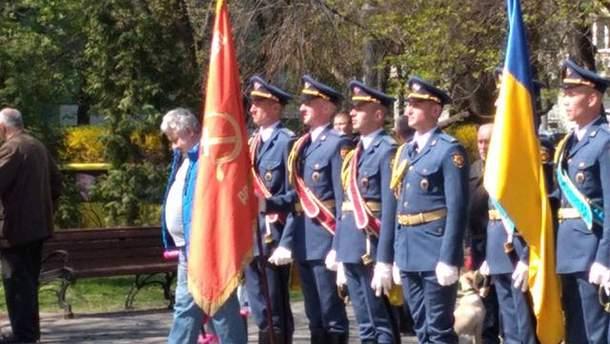 Украинские военные с советским флагом в Киеве