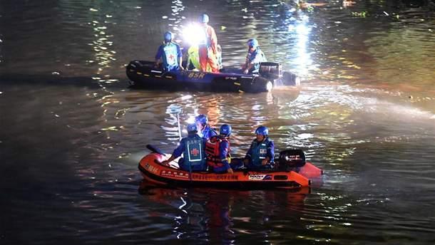 """В Китае столкнулись две """"драконьи"""" лодки: 11 человек погибли, 6 пропали без вести"""