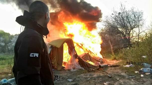 У Києві націоналісти спалили табір ромів на Лисій горі