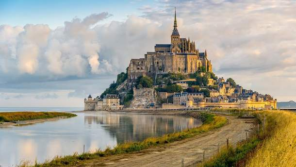 Полиция эвакуировала туристов с подножия аббатства Мон-Сен-Мишель