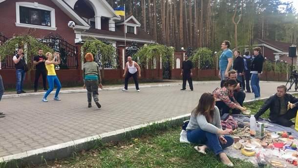 Активисты устроили пикник под домом Юрия Луценко
