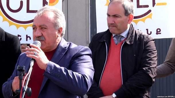 Сасун Микаелян (слева) и Никол Пашинян (справа)